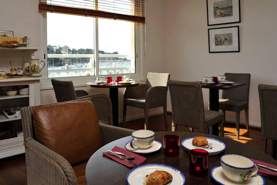 le petit déjeuner vue port produit frais locaux